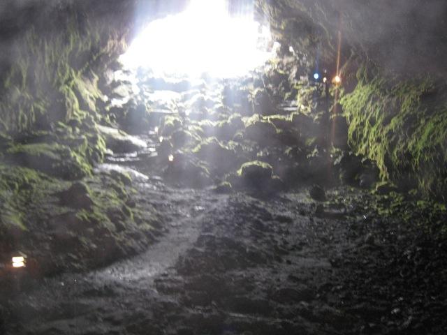 Entrada da cueva volcânica próximo ao vulcão villarica em Pucón