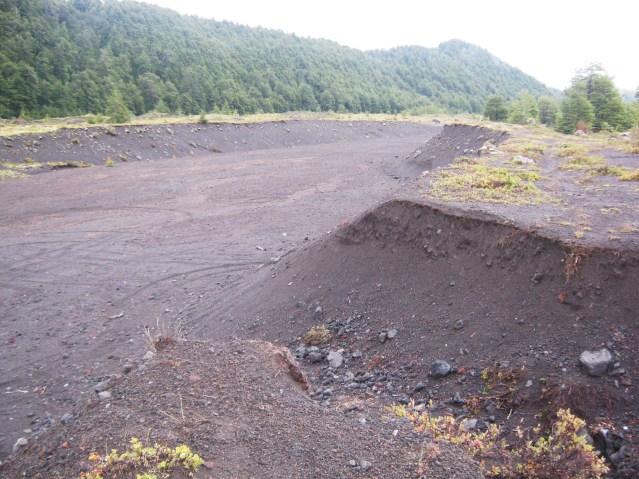 Trilha aberta pela lava incandescente após erupções do Vulcão Villarica