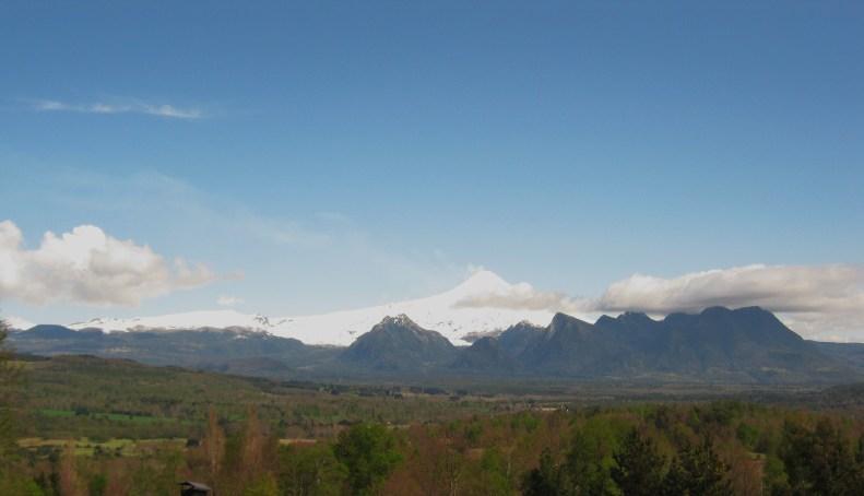 Vista do Mirador Los Volcanes para o  vulcão villarica. Em qualquer uma das cabanas a vista será a mesma.