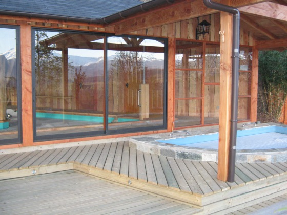 As instalações do hotel incluem uma piscina aquecida e coberta e banheiras de hidromassagem em um belo deck de frente para as montanhas