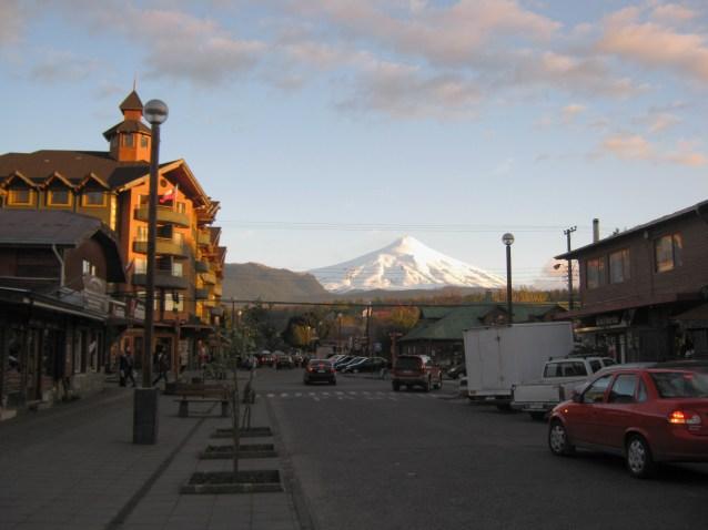 Centro de Pucón com o Vulcão Villarica ao fundp