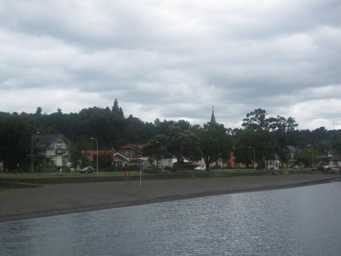 Praia do Lago em Frutillar com suas areais escuras