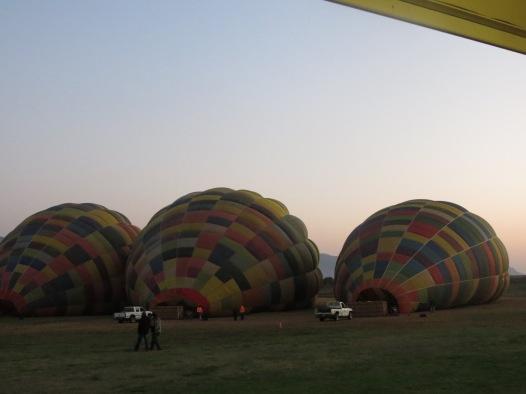 Balões sendo erguidos
