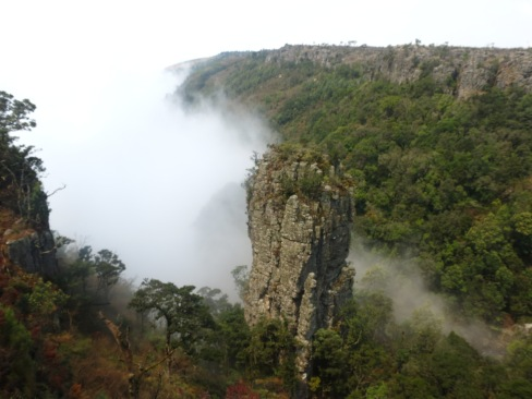 Nevoeiro começa a cobrir um dos pontos de interesse do Blyde River Canyon: The Pinnacle