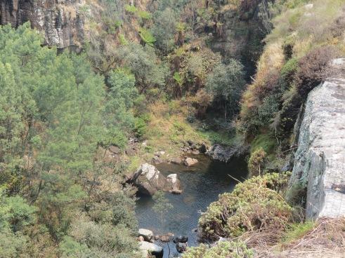 Primeira parada é no  Pinnacle. À esquerda da formação rochosa, esconde-se uma pequena cascata.