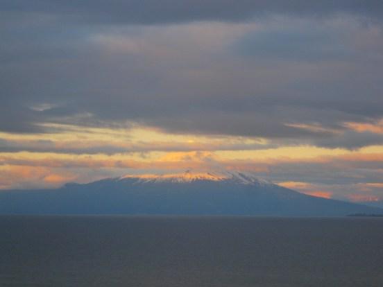 Vulcão Osorno ao amanhecer visto de um dos quartos da Casa Molino em Puerto Varas