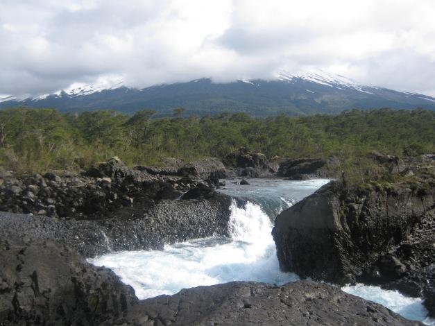 Saltos de Petrohué com Vulcão Osorno ao fundo
