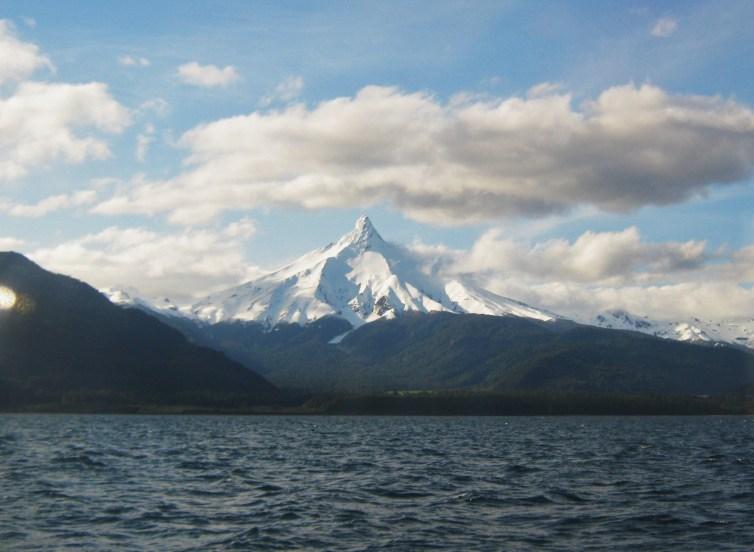 Vulcão Pontiagudo avistado no Cruce Andino durante navegação pelo lago Todos Los Santos